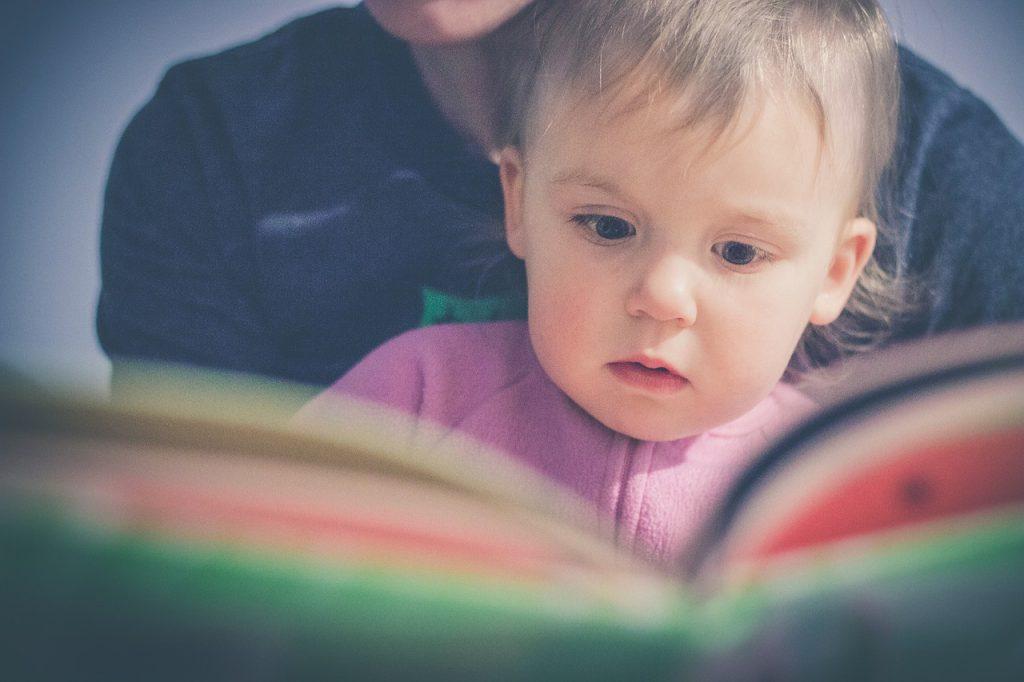 赤ちゃんに本を読んであげる